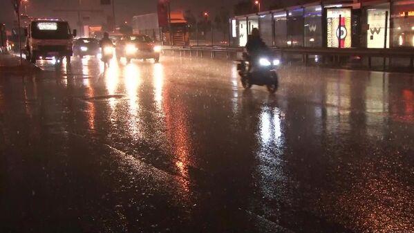 D-100 kara yolu Ankara istikameti Zincirlikuyu ve 15 Temmuz Şehitler Köprüsü girişinde de trafik yoğunluğu yaşanıyor. - Sputnik Türkiye