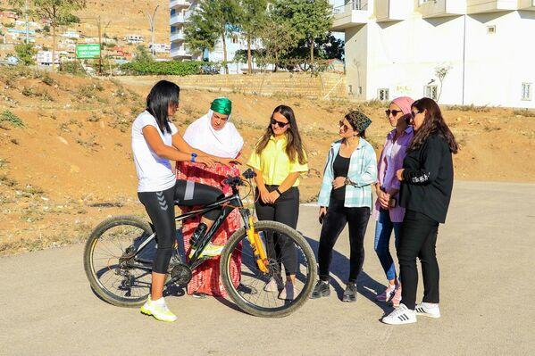 Bisiklet öğrettiği kadınlarla birlikte ilk defa Süslü Kadınlar Bisiklet Turnuvası'nda bisiklet sürdüğünü belirten Baki, bu tür etkinliklerin yaygınlaşmasıyla toplumun bisiklet süren kadınlara daha çabuk alışacağını ifade etti. - Sputnik Türkiye