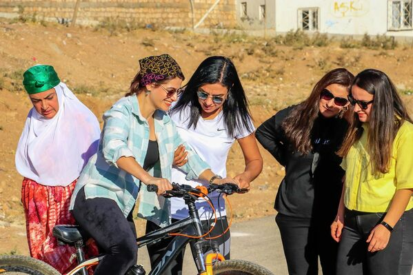 Tek bisikletle eğitim verdiğini öğrenen bir vatandaşın iki bisiklet hediye ettiğini söyleyen Baki, ilçe sakinlerinin kadın bisiklet sürücülerini kanıksamalarının biraz daha zaman alabileceğini söyledi. - Sputnik Türkiye