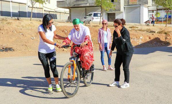 Baki, 21 Mayıs'tan bu yana günde 8 saat çalışarak, ilçede oturan 72 kadına bisiklet kullanmayı öğretti. Şu an yeni kurs için 50 de kayıt alanBaki, yeni öğrencilerine bisiklet sürmeyi öğretecek olmanın heyecanını yaşıyor. - Sputnik Türkiye
