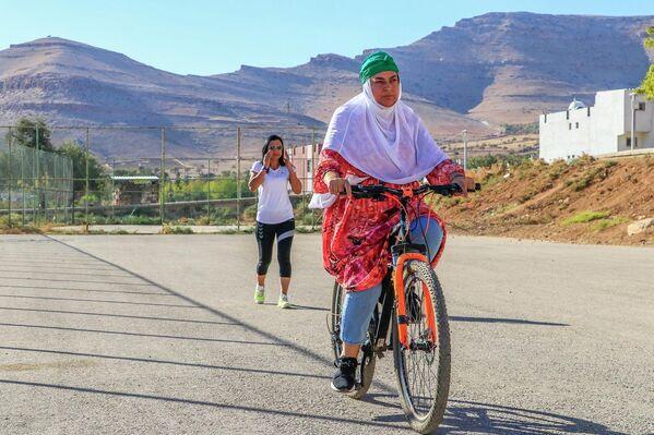 """Baki, ''En büyük isteğim, tüm bu kadınlarla Derik çarşısının içinde bisiklet sürebilmek""""dedi. - Sputnik Türkiye"""