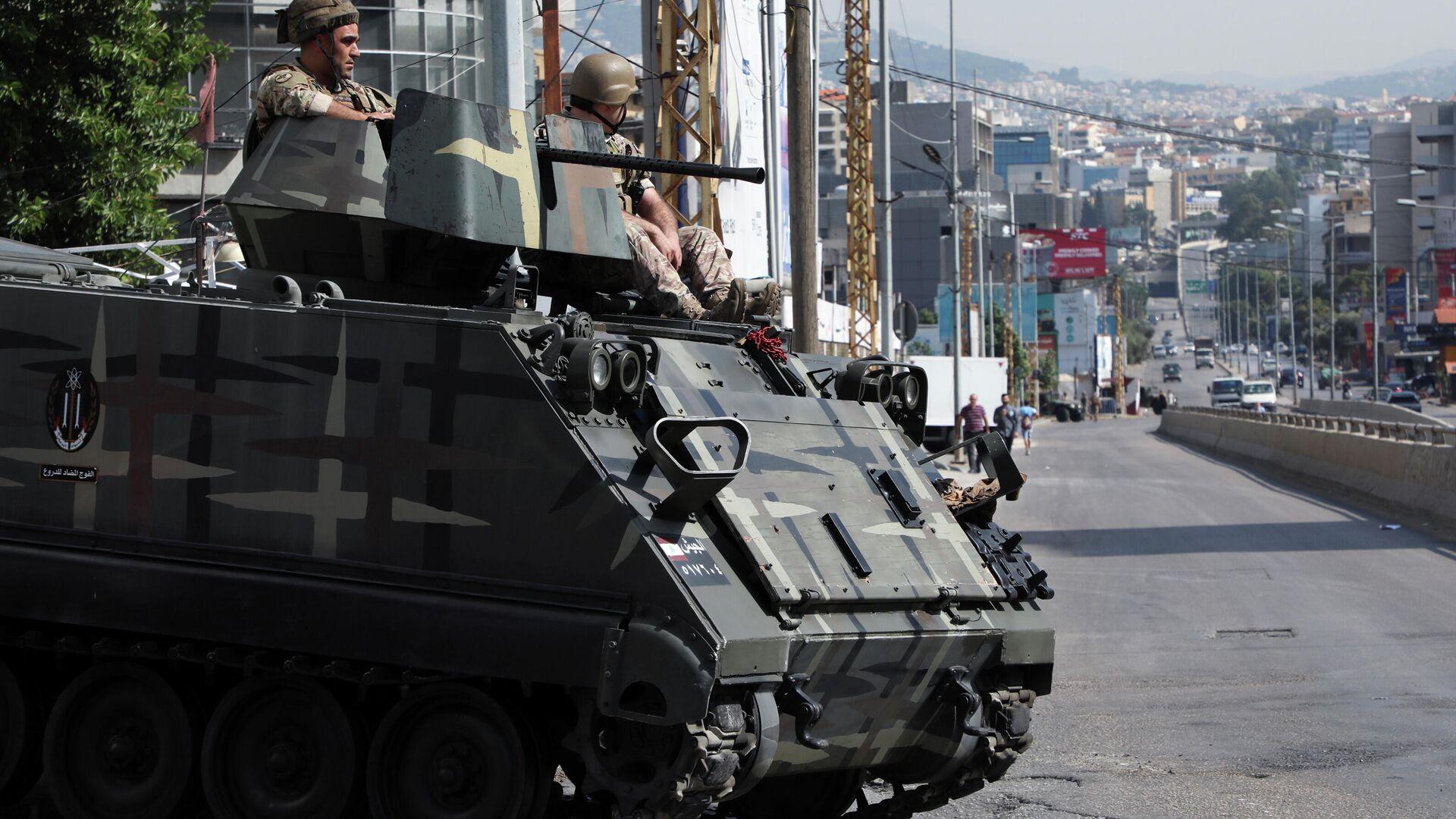 Beyrut Limanı patlamasını soruşturan yargıcı protestoya giden Hizbullah destekçilerine kanlı saldırının ardından başkent sokaklarına Lübnan ordusu konuşlandırıldı.  - Sputnik Türkiye, 1920, 14.10.2021