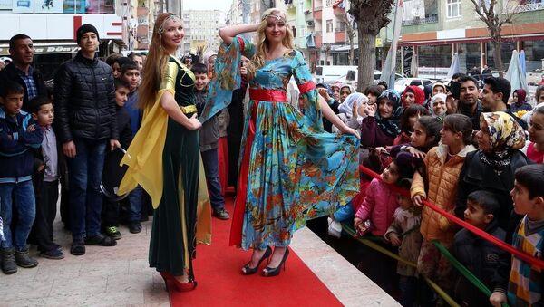 Rus mankenler Diyarbakır'da defile yaptı - Sputnik Türkiye