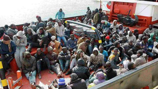 Akdeniz'de yakalanan kaçak göçmenler - Sputnik Türkiye