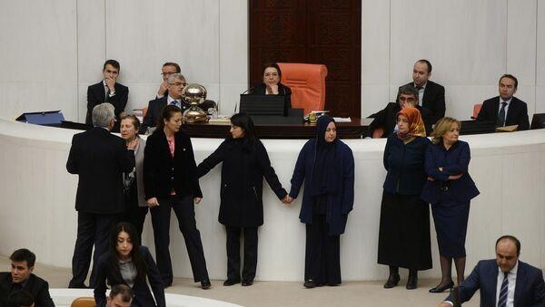 TBMM'de kadın vekiller el ele tutuşarak kavgayı engelledi - Sputnik Türkiye