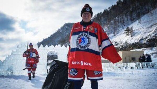 Baykal Gölü'nde düzenlenen 'Ulusal Hokey Ligi (NHL) Alanı Baykal' Festivali'ne katılan 'Gece Hokey Ligi Yıldızları' Takımı kaptanı Vladimir Mışkin - Sputnik Türkiye
