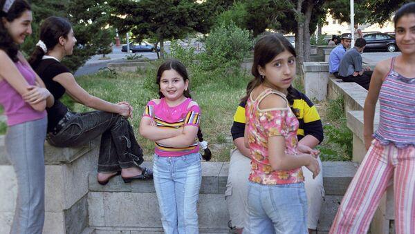 Bakü'de küçük kızlar - Sputnik Türkiye