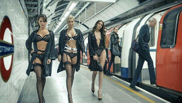 Londra metrosunda iç giyim defilesi - Sputnik Türkiye