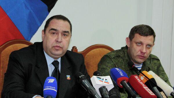 Lugansk Cumhurbaşkanı İgor Plotnitskiy (solda) ve Donetsk Cumhurbaşkanı Aleksandr Zaharçenko ortak bir açıklama yayımladı. - Sputnik Türkiye