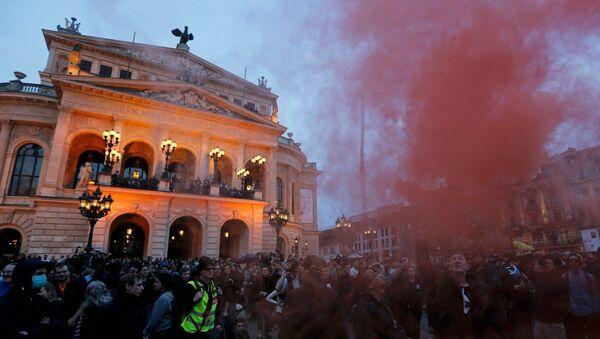 Frankfurt'taki gösteriler akşam saatlerinde yeniden başladı - Sputnik Türkiye