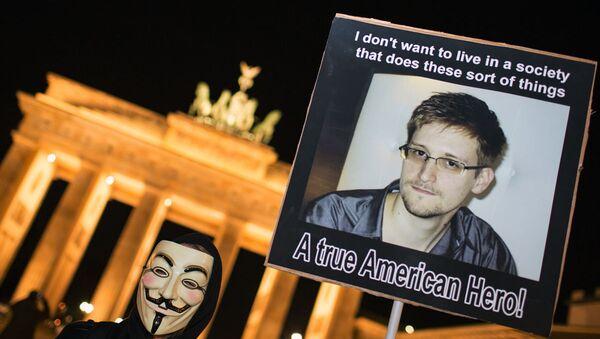 Almanya'nın başkenti Berlin'deki tarihi Brandenburg Kapısı'nda, Snowden'a destek gösterileri düzenlenmişti. - Sputnik Türkiye