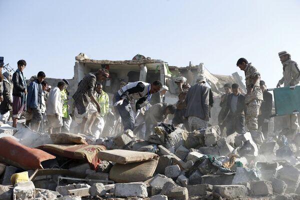 Yemen Cumhurbaşkanı Hadi'nin çağrısına yanıt veren Suudi Arabistan ve bölge müttefikleri Şii Husilerin denetimindeki başkent Sana'yı havadan bombalandı. - Sputnik Türkiye