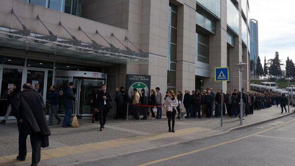 İstanbul Adliyesi'nde bu sabah itibariyle yoğun güvenlik önlemi alındı. Kapılarında uzun kuyruklar oluşurken, avukatlar da girişlerde üst aramasına tabi tutuldu. - Sputnik Türkiye
