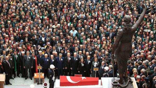 Cumhuriyet Savcısı Mehmet Selim Kiraz'ın meslektaşı olan yargı mensupları adliye önündeki törende ön saflarda yer aldı. - Sputnik Türkiye