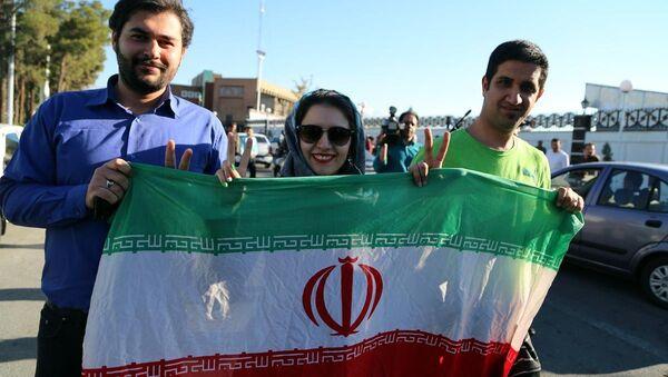İran'ın başkenti Tahran'da halk, nükleer anlaşmada uzlaşma haberinin ardından sokaklara çıktı. - Sputnik Türkiye