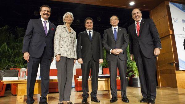 ABD'nin başkenti Washington'da, IMF-Dünya Bankası Yıllık Bahar Toplantıları kapsamında yapılan B20 toplantısına Türkiye Odalar ve Borsalar Birliği (TOBB) Başkanı Rifat Hisarcıklıoğlu (sol), Dünya Bankası Başkanı Jim Yong Kim (sağ2), Uluslararası Para Fonu (IMF) Başkanı Christine Lagarde (sol2), Coca-Cola'nın CEO'su Muhtar Kent (sağ) ve Başbakan Yardımcısı Ali Babacan (ortada) katıldı. - Sputnik Türkiye