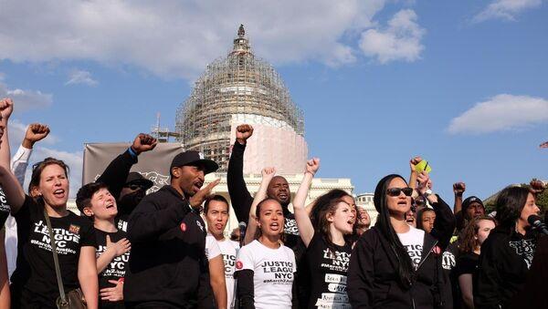 ABD'de, polis şiddetini kınamak için 7 gün önce New York'tan yürüyüşe başlayan grup, gösteriyi başkent Washington'da tamamladı. - Sputnik Türkiye