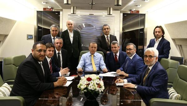 Cumhurbaşkanı Recep Tayyip Erdoğan, Kuveyt ziyareti dönüşü uçakta gazetecilerle sohbet etti. - Sputnik Türkiye