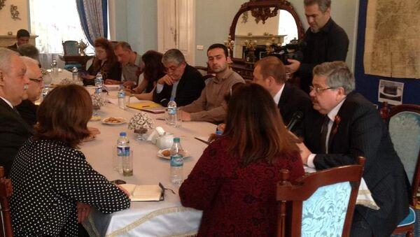 Rusya'nın İstanbul Başkonsolosu Aleksey Yerhov, 9 Mayıs Zafer Günü'nün 70. yıldönümü dolayısıyla Türk gazetecilerle bir araya geldi. - Sputnik Türkiye