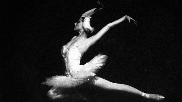 Yaklaşık yarım asırdır Rus balesinin en büyük dayanaklarından biri olan Plisetskaya, prima balerinken (solo dansçı) 1990'da, yani 65 yaşında emekli olmuştu. - Sputnik Türkiye