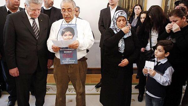 Almanya Cumhurbaşkanı Gauck'un, Şubat 2013'te NSU tarafından öldürülenlerin yakınlarını Cumhurbaşkanlığı Sarayı'nda kabul ettiği görüşmeye, 8 Türk kurbanın sonuncusu olan Halit Yozgat'ın ailesi de katılmıştı. Baba İsmail Yozgat, Gauck'un huzuruna oğlu Halit'in fotoğrafını boynuna asarak çıkmıştı. - Sputnik Türkiye