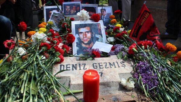 Ankara'da çeşitli siyasi parti ve sivil toplum örgütleri Deniz Gezmiş ve arkadaşlarını, idam edilmelerinin 43. yılında mezarı başında andı. - Sputnik Türkiye