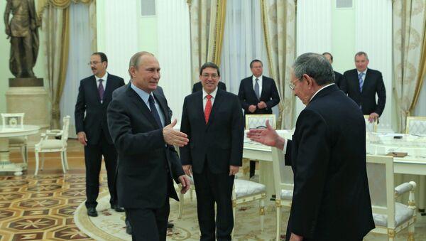 Rusya Devlet Başkanı Vladimir Putin ve Küba Devlet Başkanı Raul Castro - Sputnik Türkiye