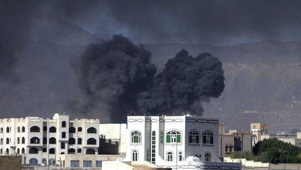 Yemen'de Suudi Arabistan önderliğindeki koalisyon güçlerine ait savaş uçakları, Husi Ensarullah Hareketi'ne yönelik devam eden operasyonlar kapsamında başkent Sana'daki noktaları bombaladı. - Sputnik Türkiye