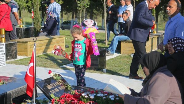 Maden faciasının yıldönümünde, aileler sabah erken saatlerden itibaren maden şehitliğine gelerek, madencilerin mezarları başında dua etti. - Sputnik Türkiye