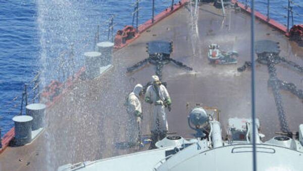 Rusya ve Çin'in Akdeniz'de gerçekleştirdiği 'Deniz İşbirliği 2015' adı verilen ortak tatbikat sırasında  Moskova isimli muhafız füze kruvazöründe yapılan kimyasal silahlara karşı savunma tatbikatı - Sputnik Türkiye
