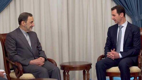 İran'ın dini lideri Ayetullah Ali Hamaney'in Başdanışmanı Ali Ekber Velayeti ve Suriye Devlet Başkanı Beşar Esad - Sputnik Türkiye