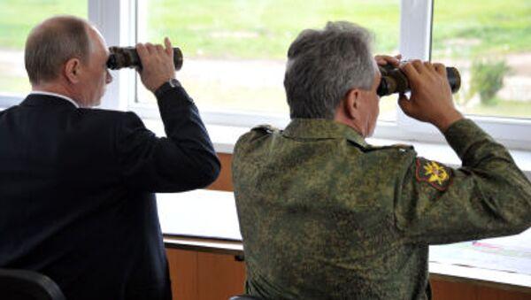 Rusya Devlet Başkanı Vladimir Putin ve Savunma Bakanı Sergey Şoygu Zabaykalye bölgesindeki poligonda yaplan askeri tatbikatı izliyor - Sputnik Türkiye