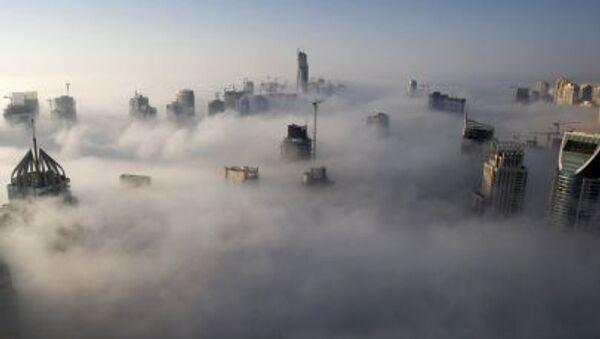 Dubai'deki gökdelenler sis içinde. - Sputnik Türkiye