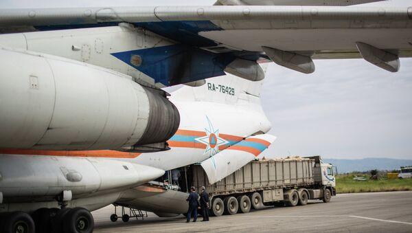 Suriye'ye insani yardım ulaştıran Rus uçağı - Sputnik Türkiye