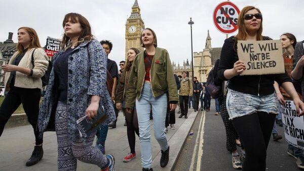 Muhafazakar Parti'nin kemer sıkma politikaları Başkent Londra'da yüzlerce kişi tarafından protesto edildi. - Sputnik Türkiye