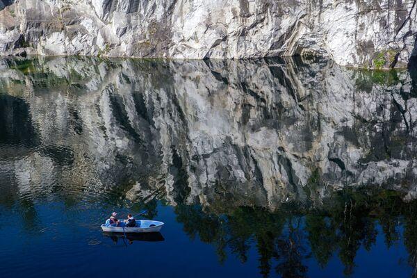 Karelya'nın Sortaval bölgesindeki Ruskeala Doğa Parkı'nda Mermer Kanyonu - Sputnik Türkiye