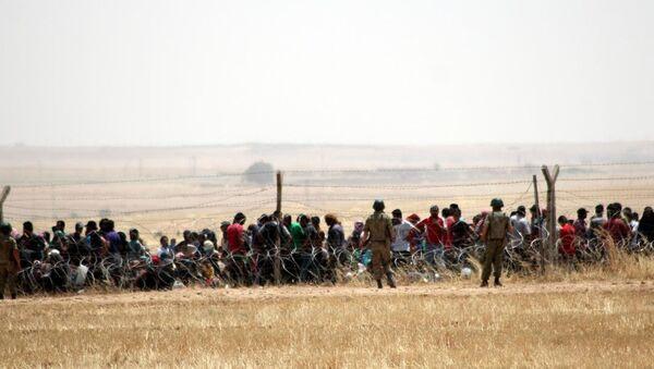 Şanlıurfa'nın Akçakale ilçesi sınır hattında bekleyen bir grup Suriyeli, Türkiye'ye alınmaya başladı. - Sputnik Türkiye