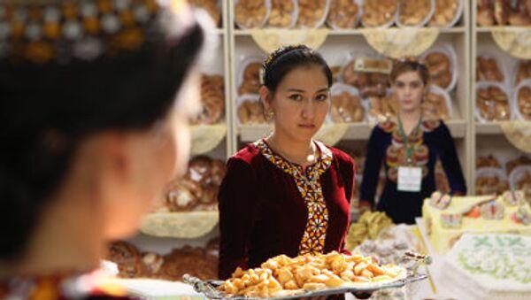 Aşkabat'taki Sergi ve Fuar Merkezi'nde düzenlenen Ekonomik Başarılar Sergisi'nde misafirleri karşılayan Türkmen kızları - Sputnik Türkiye