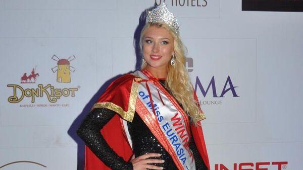 Rusya'nın kuzey bölgesini temsil eden Sibirya'dan Yulia Zgrebnova, Miss Eurasia 2015 güzeli seçildi. - Sputnik Türkiye
