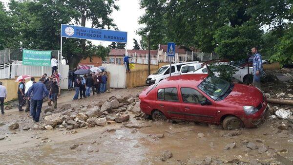 Bursa'da okulun istinat duvarı çöktü - Sputnik Türkiye