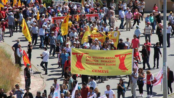 Sivas'ta 2 Temmuz 1993'te çıkan olaylarda hayatını kaybedeneler, Sivas'ta düzenlenen programla anıldı. Anma programına katılan vatandaşlar yürüyüş yaptı. - Sputnik Türkiye