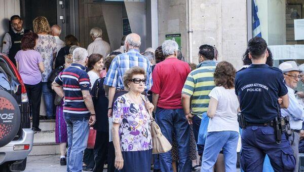 Yunanistan'da emekliler ATM önünde kuyrukta - Sputnik Türkiye