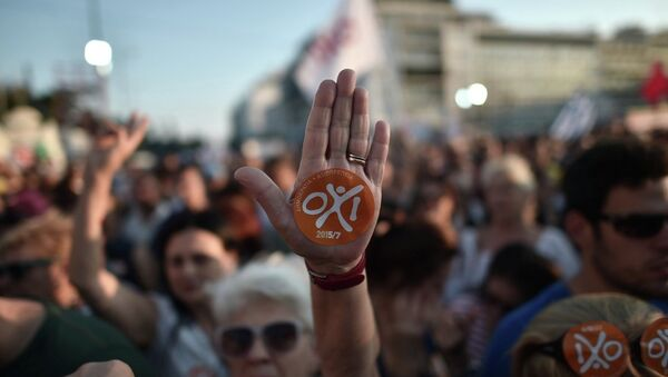 Dün akşam Evetçiler ve Hayırcılar olarak ikiye bölünen Yunan halkı Atina sokaklarındaydı. - Sputnik Türkiye
