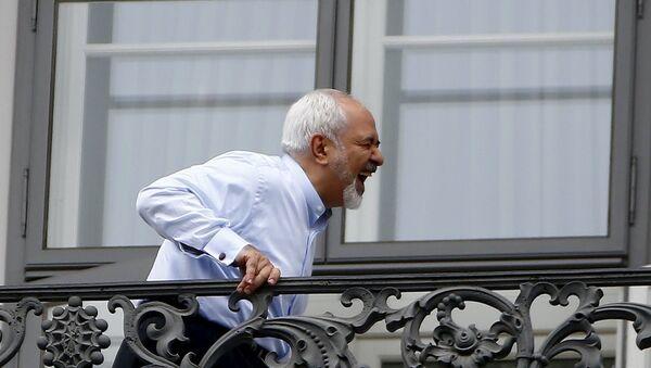 Müzakereler devam ederken İran Dışişleri Bakanı Muhammed Cevad Zarif'in balkonda kahkaha attığı anlar kameraya yansıdı. - Sputnik Türkiye