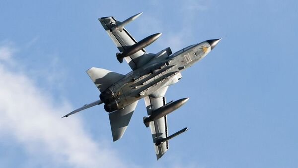 İngiliz Kraliyet Hava Kuvvetleri'ne ait Panavia Tornado tipi bombardıman uçağı - Sputnik Türkiye