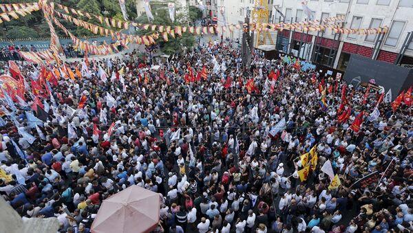 Suruç'taki bombalı saldırı, Türkiye'nin çeşitli illerinde protesto edildi. - Sputnik Türkiye