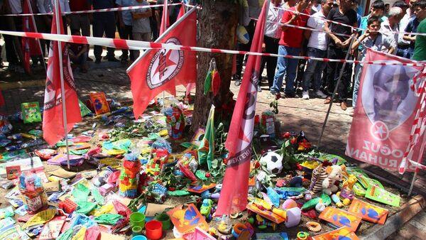 Suruç'ta patlamanın meydana geldiği alana Sosyalist Gençlik Dernekleri Federasyonu'nun (SGDF) Kobani'ye götürmek istediği oyuncaklar bırakıldı. - Sputnik Türkiye