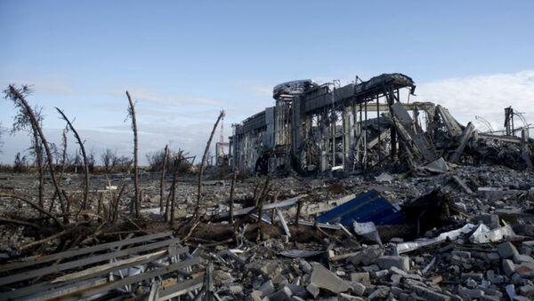 Lugansk havalimanının yıkıntılarını kaldırma çalışmaları - Sputnik Türkiye