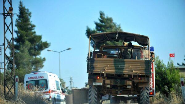 Kilis'te IŞİD'in bir askeri şehit etmesinin ardından askeri araç ve ambulans, Kilis Dağ Hudut Karakolu'na doğru hareket etti - Sputnik Türkiye