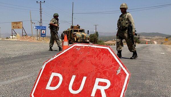 Diyarbakır'ın Lice İlçesi Kayacık mevkiinde geniş güvenlik önlemleri alınırken, Diyarbakır-Bingöl karayolu trafiğe kapatıldı. - Sputnik Türkiye